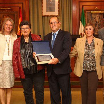 Ángeles Muñoz, ha entregado hoy una placa de reconocimiento a Manuel Jiménez Luque,
