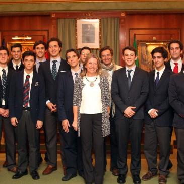, Ángeles Muñoz, ha mantenido hoy un encuentro en el Salón de Plenos del Ayuntamiento con una veintena de alumnos de Segundo de Bachillerato del Colegio Ecos