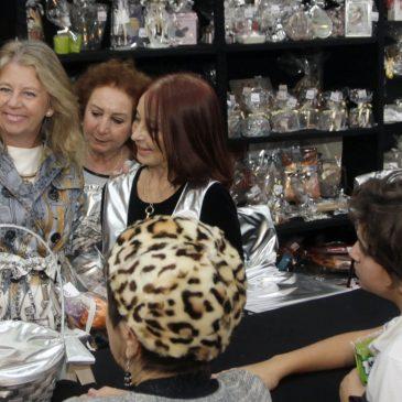 La alcaldesa destaca la labor de los 200 voluntarios que participan en el Bazar Solidario de Cáritas