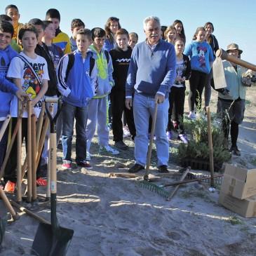 Un grupo de alumnos del IES Salduba ha participado hoy en la reforestación de las Dunas del Arenal en la que colabora el Ayuntamiento de Marbella.
