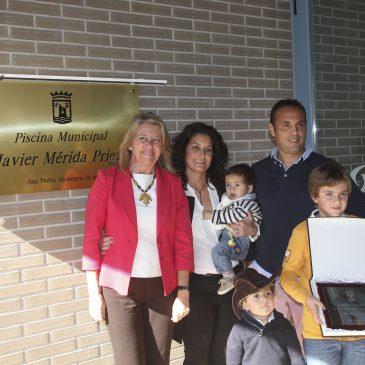 El Ayuntamiento reconoce la trayectoria personal y deportiva de Javier Mérida en un acto en el que se ha puesto su nombre a la Piscina Municipal de Fuentenueva