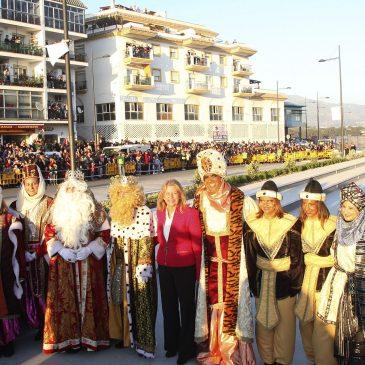 Ángeles Muñoz, ha asistido esta tarde a la llegada de los Reyes Magos al bulevar de San Pedro Alcántara en helicóptero, durante un acto en el que han estado acompañados de numerosos asistentes