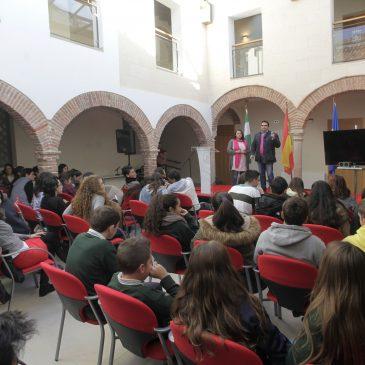 Más de un centenar de jóvenes formados como mediadores en un programa municipal durante el curso 2013/14 reciben sus diplomas