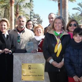 El Ayuntamiento reconoce el compromiso con la ciudad del registrador Enrique Robles con una rotonda en el Puerto Deportivo Virgen del Carmen