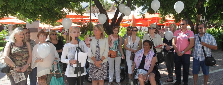 Marbella conmemora el Día Mundial de la Esclerosis Múltiple con la lectura de un manifiesto y una cadena humana en el Ayuntamiento