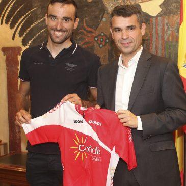 El alcalde subraya la perseverancia y la trayectoria deportiva del ciclista marbellí Luis Ángel Maté, uno de los 15 españoles participantes en el Tour de Francia