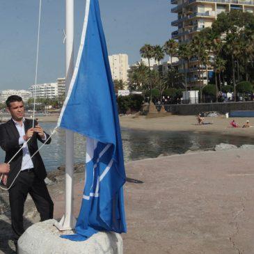El Ayuntamiento iza la bandera azul de la Playa El Faro y apuesta por la mejora de la calidad en todo el litoral y la búsqueda del equilibrio en sus diferentes usos