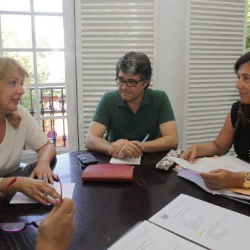 El Ayuntamiento y la Asociación de Comerciantes del Casco Antiguo abordan asuntos prioritarios para la zona