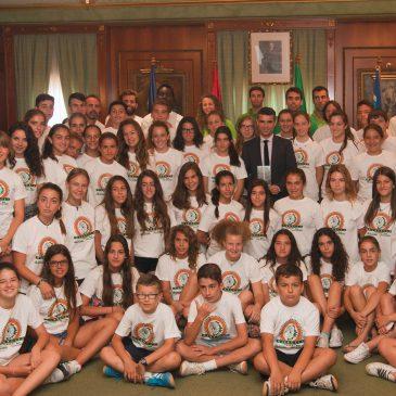 El alcalde recibe a los participantes en el campus de la Federación Andaluza de Voleibol que se celebra en Marbella