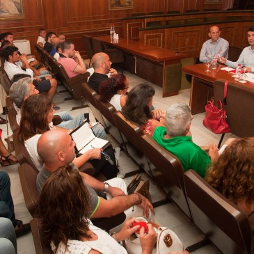 Salón de Plenos una reunión con empresarios del Puerto Deportivo 'Virgen del Carmen' de Marbella
