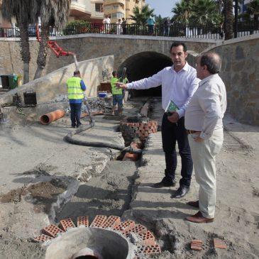 El Ayuntamiento impulsa los trabajos de reparación de la desembocadura del Arroyo de la Represa en la playa La Venus-Bajadilla
