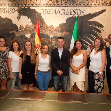 Seis jóvenes del municipio reciben becas para estudiar en la Escuela de Alta Dirección Hotelera Les Roches y en el Centro Universitario Internacional de Marbella