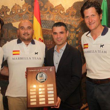 El alcalde, José Bernal, ha recibido en el Ayuntamiento a los integrantes del equipo Marbella Team que se ha proclamado subcampeón en la Copa del Rey Mapfre de Vela en categoría J80
