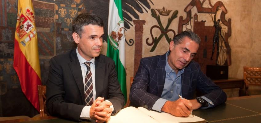 El alcalde destaca la trayectoria deportiva y el compromiso social del seleccionador español de baloncesto, Sergio Scariolo