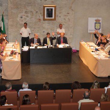 El pleno aprueba la institucionalización del escudo de San Pedro Alcántara, en el 30 aniversario de su creación