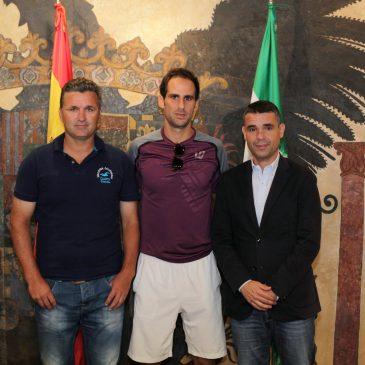 El alcalde ha recibido en el Ayuntamiento al tenista local Adrián Menéndez