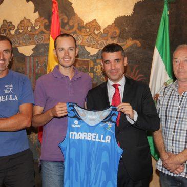 El alcalde ha recibido hoy al atleta local Cristian Benítez que correrá esta temporada con el Club Atletismo Marbella