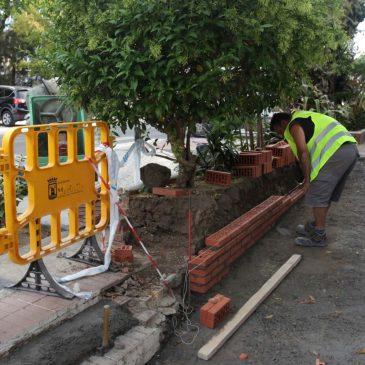 El Ayuntamiento realiza actuaciones de mejora de la accesibilidad en la zona de 'Los Bloques' de Nueva Andalucía