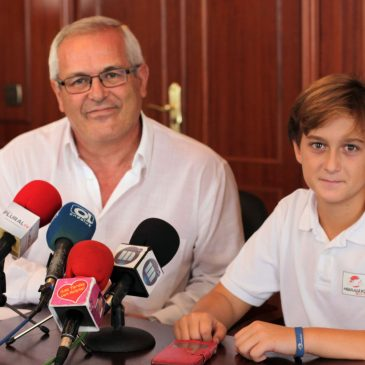 Rafael Piña recibe en la Tenencia de Alcaldía a la joven promesa del motocross Francisco Ruiz Portilla