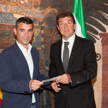 El Ayuntamiento recibe el talón del Casino de Nueva Andalucía por el valor de las fichas extraviadas en 2014 que destinará a alguna asociación local
