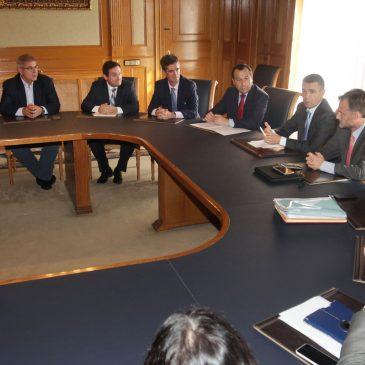 José Bernal, acompañado del consejero de Medio Ambiente y Ordenación Territorial, José Fiscal, y del delegado de la Junta en Málaga, José Luis Ruíz Espejo,