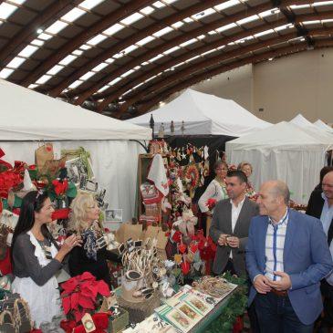 """El alcalde destaca la """"gran labor"""" de Cáritas en la inauguración de su Bazar Solidario de Navidad que cuenta este año con 20 puestos más y espera alcanzar los 150.000 euros de recaudación"""