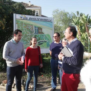La iniciativa #LasChapasapiedecalle recoge las reivindicaciones de Bahía de Marbella dentro de los encuentros mantenidos con vecinos de la zona