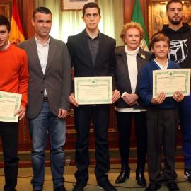 Cinco deportistas del municipio reciben en el Ayuntamiento las becas de formación y perfeccionamiento de la Fundación Banús