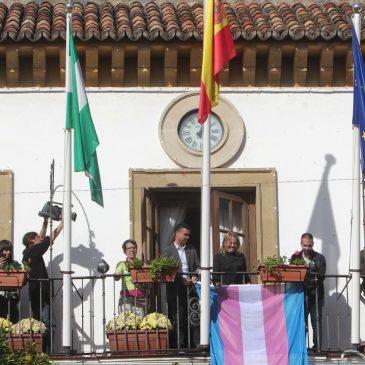 Marbella se suma a la conmemoración del Día Internacional de la Memoria Transexual con la lectura de un manifiesto y la colocación de su bandera en el balcón del Ayuntamiento