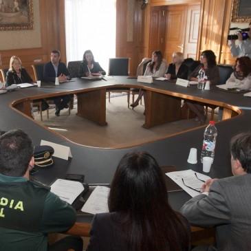 Marbella reúne a representantes de los ámbitos policial, institucional, sanitario y educativo en una mesa de trabajo para avanzar en la lucha contra los malos tratos