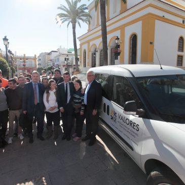 El Ayuntamiento subraya la labor de la Asociación Valores tras recibir un vehículo donado por la Obra Social de La Caixa