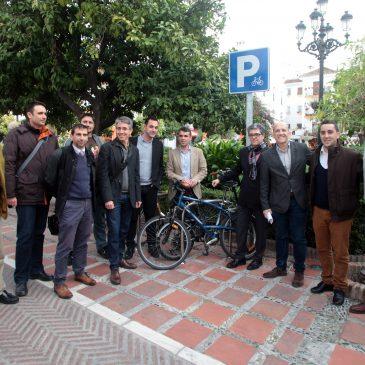 El Ayuntamiento mantiene una reunión de planificación y participación con colectivos ciclistas para abordar actuaciones como la instalación de 80 aparcabicis en la ciudad