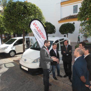 El Ayuntamiento recibe dos vehículos eléctricos de Nissan para reforzar su apuesta por la movilidad sostenible