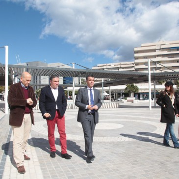 La plaza Antonio Banderas de Puerto Banús muestra una imagen moderna y revitalizada tras los trabajos de remodelación integral ejecutados por el Ayuntamiento