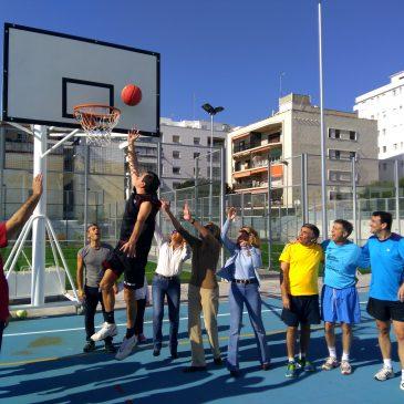 El PP juega al baloncesto en el Francisco Norte para protestar por el cierre de la instalación terminada hace ocho meses