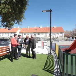 San Pedro Alcántara dispone de un nuevo espacio público con área infantil, zonas libres y máquinas biosaludables en una parcela de 2.522 metros cuadrados en la calle Santa Gema