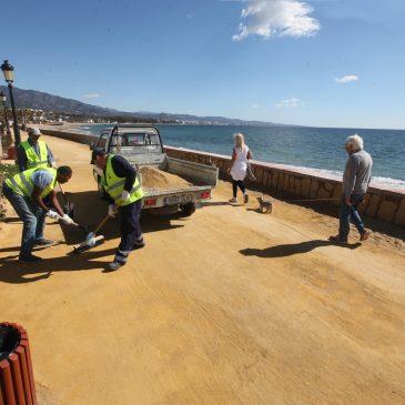 El Ayuntamiento realiza trabajos de adecuación y limpieza en el Paseo Marítimo a la altura de Puerto Banús