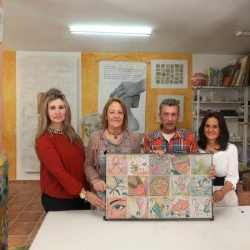 Igualdad recibe un mural cerámico del Aula Creativa de Salvador Luna para concienciar sobre la violencia de género