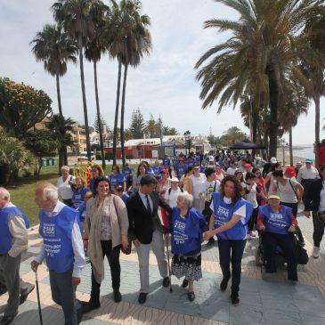 El alcalde asiste a la salida de la Marcha Solidaria para la Investigación del Alzheimer que ha contado con la participación de un centenar de asistentes