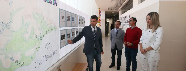 El alcalde visita el instituto Dunas de Las Chapas y destaca el fomento de los valores interculturales en la educación