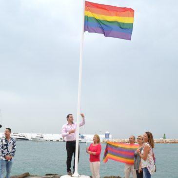 Marbella se suma a la celebración del Día del Orgullo LGTBI con la izada de la bandera arco iris en la playa de El Faro y diversos actos institucionales