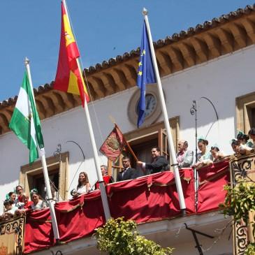 El balcón del Ayuntamiento ya luce el Pendón, histórica reliquia de la ciudad, dentro de los actos de la Feria y Fiestas de San Bernabé.