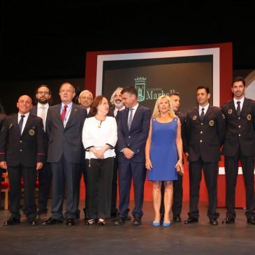 El Ayuntamiento entrega la Medalla de la Ciudad a los bomberos, Starlite, Sánchez Cantos y Vicente Espona y el título de Hijo Adoptivo a Carlos Posac