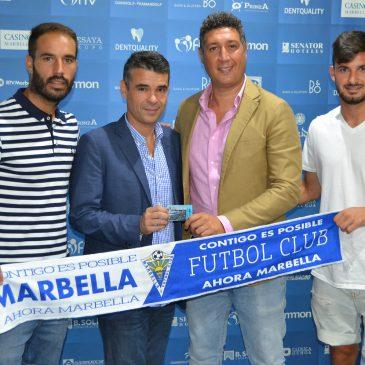 El alcalde recibe el carné de abonado del Marbella FC para la temporada 2016-17