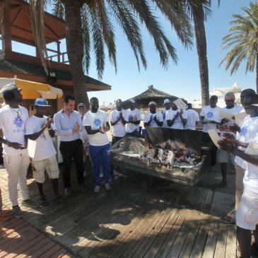 El Ayuntamiento y el establecimiento de playa Pepe´s Bar entregan los diplomas de un curso de espeteros que ha beneficiado a 18 alumnos de origen africano