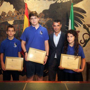 El alcalde realiza un reconocimiento a cuatro jóvenes integrantes del Ajedrez Metroclub Marbella por su trayectoria y éxitos deportivos