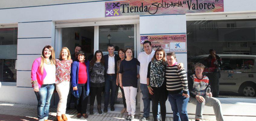El alcalde apoya la labor de la Asociación Valores en la inauguración de su tienda benéfica en San Pedro