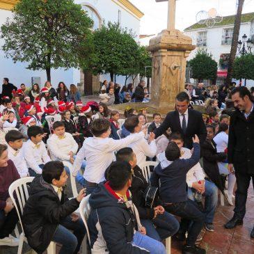 La Plaza de la Iglesia de la Encarnación ha acogido hoy el XVIII Concurso de Villancicos del Casco Antiguo, que ha contado con la asistencia del alcalde, José Bernal, y otros miembros del Equipo de Gobierno.