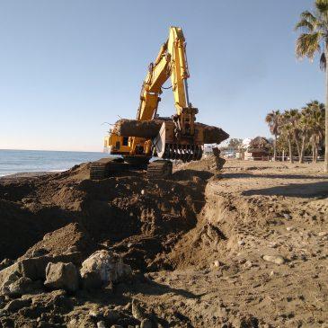 El Ayuntamiento acomete un plan de choque de adecuación de las playas con la retirada de toneladas de residuos arrastrados por las lluvias