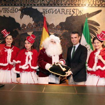 El alcalde recibe a la primera Papá Noel de la Navidad en Marbella y le hace entrega de las llaves de la ciudad